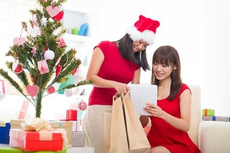 ni�as chinas: muchachas chinas compras en l�nea durante la celebraci�n de Navidad