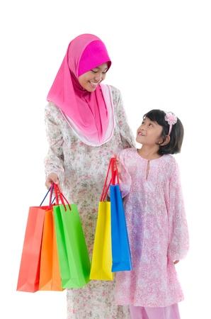 petite fille musulmane: S?urs malaises pendant Shopping Festival raya
