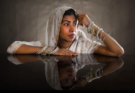 traditional   dress: Beautiful young indian woman in traditional clothing