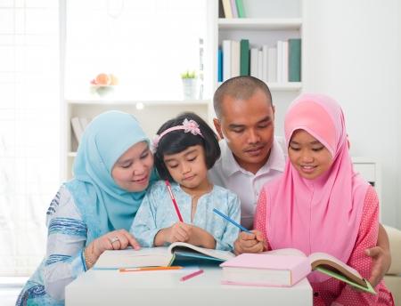 femmes muslim: apprentissage familial malais avec fond de style de vie