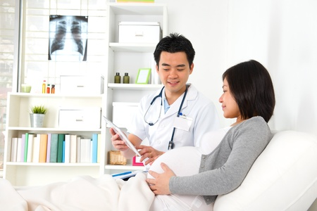 chinese moeder zwanger medische checkup met arts