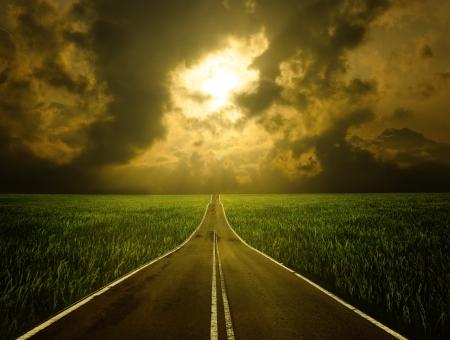 tormenta: cielo y las luces de carretera y nublado al final del camino