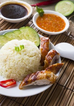 chinesisch essen: Singapur Huhn mit Reis, traditionelle Essen mit singaporean Artikel als Hintergrund
