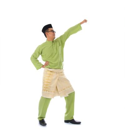 马来男性跳跃庆祝斋月后的Hari Raya Eid Fitr