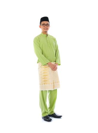 traditional: 分離の白い背景を持つラマダン祭中にインドネシアの男性