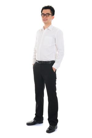 Cuerpo completo del hombre de negocios de Asia pie sobre fondo blanco