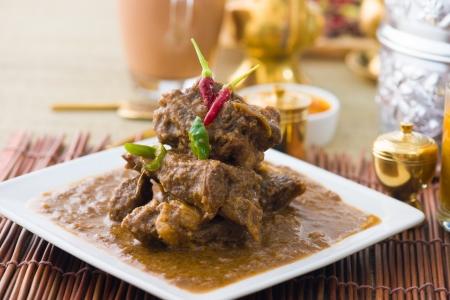 cordero korma famosa comida con artículos de fondo tradicional de la India Foto de archivo