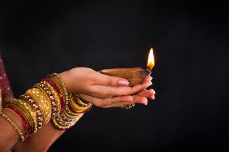 hinduismo: linterna de la mano durante el festival de Diwali de luces Foto de archivo