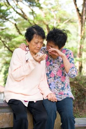 mujer llorando: mayor depresión llorando y con mujeres asiáticas