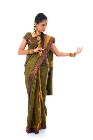 bollywood: Indiase danseres dansen in witte achtergrond