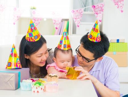 fiesta familiar: Familia asi�tica que celebra al beb� fiesta de la luna llena
