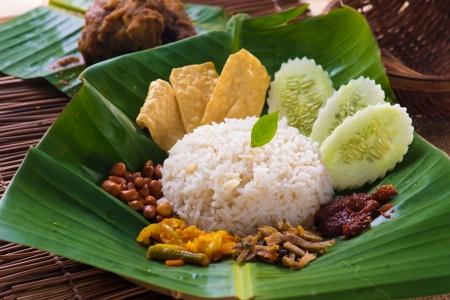 nasi lemak, een traditionele Malay curry pasta rijst gerecht geserveerd op een bananenblad