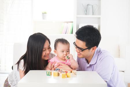 asiatische Eltern spielen mit Baby Bildungskonzept Lizenzfreie Bilder