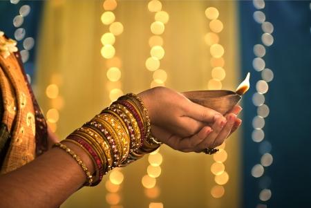Diwali feest van het licht, handen holding indisch olielamp Stockfoto