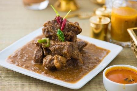 Hammel korma berühmten Essen mit traditionellen indischen Hintergrund Artikel Lizenzfreie Bilder
