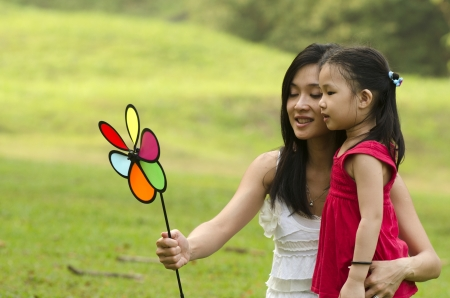 actividades recreativas: Atractivo de la madre y su hija pasar tiempo juntos en el parque