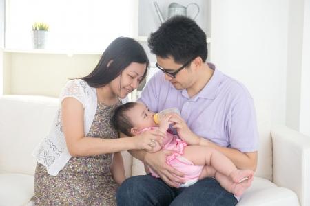 chinesische asiatische Eltern Fütterung Baby zu Hause Lizenzfreie Bilder