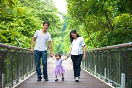 bambini felici: chinese asian madre incinta e la famiglia foto all'aperto