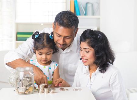 planificaci�n familiar: indian ense�ar a los ni�os de la familia sobre el ahorro y la planificaci�n financiera Foto de archivo