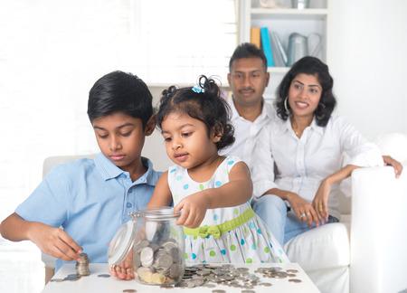 indischen Familie die Erziehung von Kindern in Spar-und Finanzplanung
