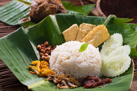 banana leaf: nasi lemak, un plato de arroz tradicional malay pasta de curry servido en una hoja de pl�tano