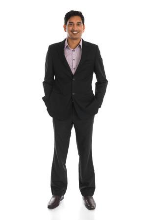 homme d'affaires indien mâle avec fond blanc isolé corps entier