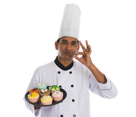 indianen: indian mannelijke chef-kok met lekkere ok teken en wit Stockfoto