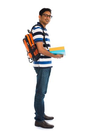 niño con mochila: macho joven universitario indio con el fondo blanco aislado