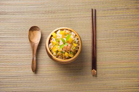 arroz chino: arroz frito servido en un tazón Foto de archivo