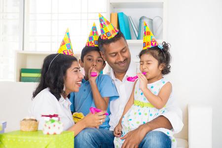 fiesta familiar: indio celebraci�n de un cumplea�os familiar con el hijo y la hija