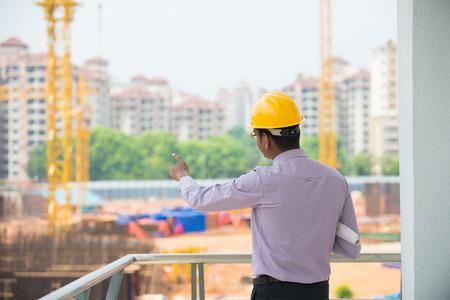 indian männlichen Architekten Inspektionsstelle mit Bau-Hintergrund