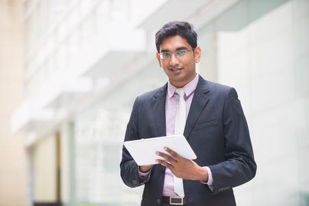 gerente: Hombres de negocios indio con una tableta Foto de archivo