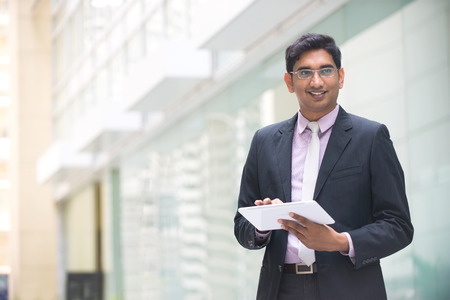 managers: copyspace와 사무실에서 태블릿 컴퓨터에서 작업하는 인도 기업 임원 왼쪽에