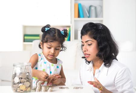 Indische Mutter Lehre Tochter auf die Finanzplanung Innen Lizenzfreie Bilder