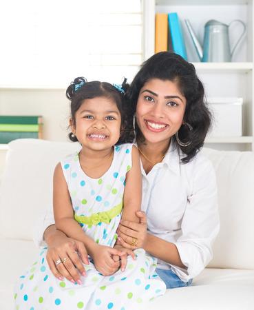 madre soltera: madre india y de la hija de interior en la sala de estar