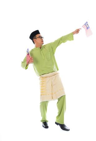 malay village: alegre hombre malay con la bandera de Malasia el cuerpo aislado en blanco