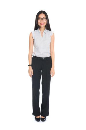 mujer cuerpo completo: Mujer de negocios asiática de cuerpo entero en blanco