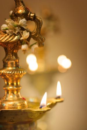 an oil lamp: lámpara de aceite durante el festival de Diwali deepavali