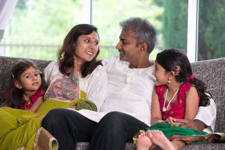indischen Familie im Wohnzimmer