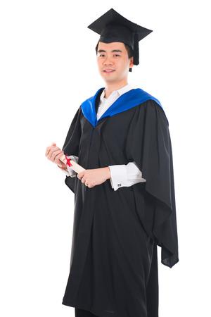 glücklich asiatische junge männliche Absolvent mit weißem Hintergrund
