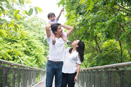 Asian schwangere Mutter und Familie im Freien Foto