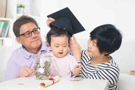 asiatische Großeltern mit großen Tochter Bildungssparkonzepte