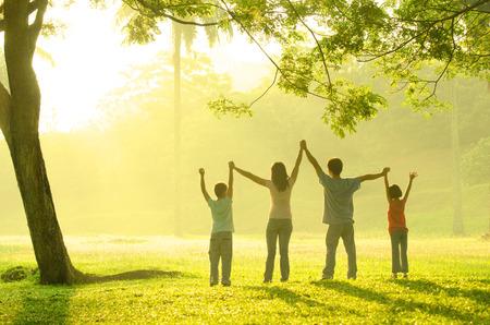 mujeres juntas: Familia asiática haber tiempo de calidad jugando juntos en el parque