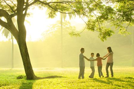 asiatische Familie mit Zeit zusammen in den Park spielen