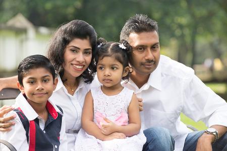 �south: indian famiglia seduto sulla panchina nel parco