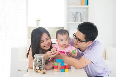 Aziatische familie geld besparen concept van lifestyle