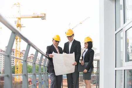 現場についての議論でアジア建築家チーム