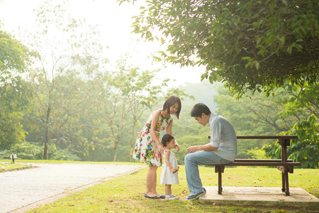 Happy Family Asie profiter de leur temps dans le parc Banque d'images - 35069082