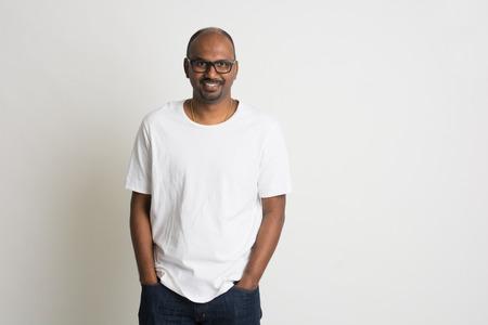 hombre calvo: Casual Male indio en pantalones vaqueros y camisa