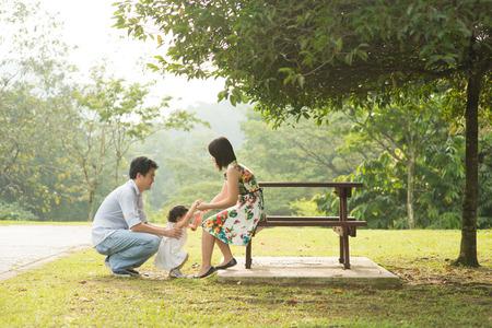Happy Family Asie profiter de leur temps dans le parc Banque d'images - 37200769